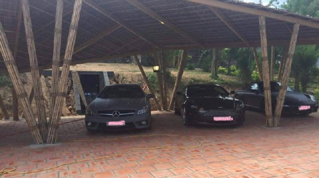 Chiếc xe thể thao cực hiếm Mercedes Benz SL 63 AMG màu xám nhám, kế bên là Aston Martin DB9.
