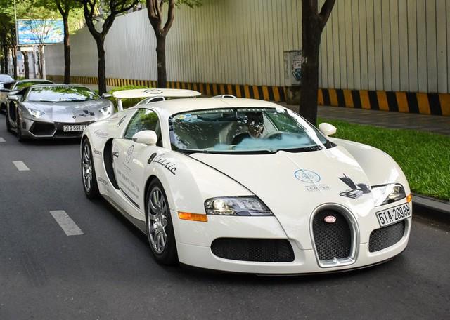 Kể từ khi xuất hiện tại Việt Nam, số lần Bugatti Veyron xuất hiện trên đường chỉ đếm trên đầu ngón tay. Ông hoàng tốc độ được trang bị động cơ 8 lít, 16 xi-lanh, 64 van, 4 trục cam, 4 tăng áp. Nhờ đó, nó có được những chỉ số khủng khiếp như công suất 1.001 mã lực và mô-men xoắn cực đại đạt 1.250 Nm. Veyron có thể tăng tốc 0-100km/h trong vòng 2,5 giây, trước khi đạt tốc độ tối đa 407 km/h. Ảnh: Zing.