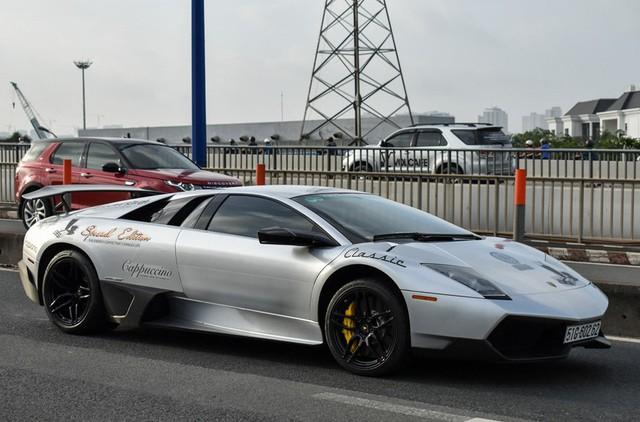 Ngày 2/5/2018, siêu xe Lamborghini Murcielago LP670-4 SV độc nhất Việt Nam bất ngờ được ông chủ công ty nhập khẩu tư nhân quận 5, TP.HCM lái lên xe chuyên dụng để bàn giao cho Chủ tịch Tập đoàn Trung Nguyên, Đặng Lê Nguyên Vũ. Ảnh: Zing.