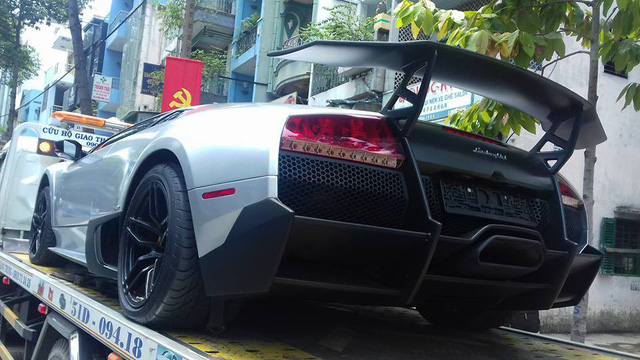 Siêu xe Italy sử dụng động cơ V12 6.5L, công suất 661 mã lực tại vòng tua 8.000 vòng/phút và mô-men xoắn 660 Nm tại vòng tua 6.500 vòng/phút, cho khả năng tăng tốc từ 0 lên 100 km/h chỉ trong 2,9 giây, lên 200 km/h trong 7,4 giây trước khi đạt vận tốc tối đa 341 km/h. Hiện tại, một chiếc Lamborghini Murcielago SV LP670-4 cũ tại nước ngoài vẫn có giá bán gần 500.000 USD. Trong khi đó, siêu xe này khi về Việt Nam hồi 2010 tiêu tốn của chủ nhân khoảng 1,3 triệu USD.