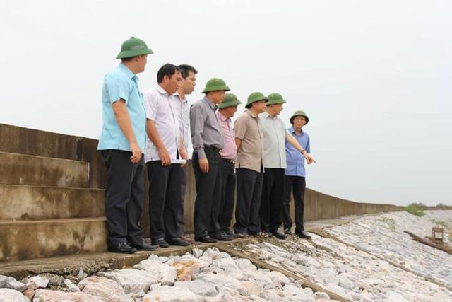 Trưởng Ban chỉ đạo Trung ương phòng chống thiên tai và tỉnh Quảng Ninh đi kiểm tra tuyến đê xung yếu Hà Nam. Ảnh: T.M