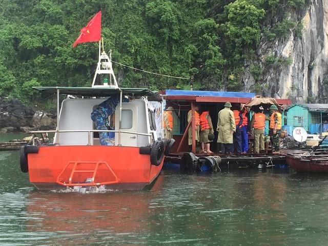 Lực lượng chức năng yêu cầu các chủ lồng bè khẩn trương di chuyển tránh bão