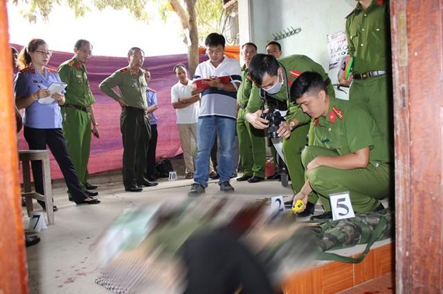 Cơ quan công an khám nghiệm hiện trường vụ án (ảnh do công an cung cấp).