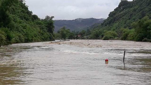 Nước lũ từ thượng nguồn đổ về khiến nhiều xã của các huyện miền núi của Nghệ An bị ngập sâu.
