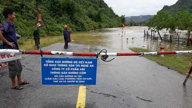 Nhiều tuyến đường trên địa bàn huyện Quỳ Hợp bị ngập nặng.
