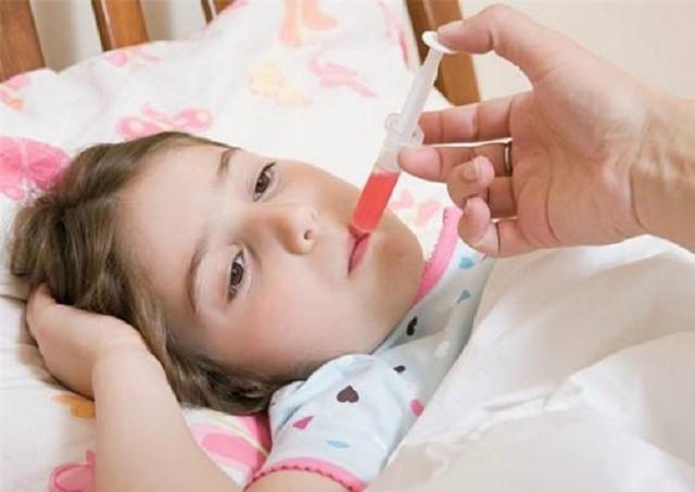 Mỗi khi trẻ sốt, cha mẹ hãy bình tĩnh bởi sốt là phản ứng bảo vệ của cơ thể trước các tác nhân gây bệnh. Ảnh minh họa
