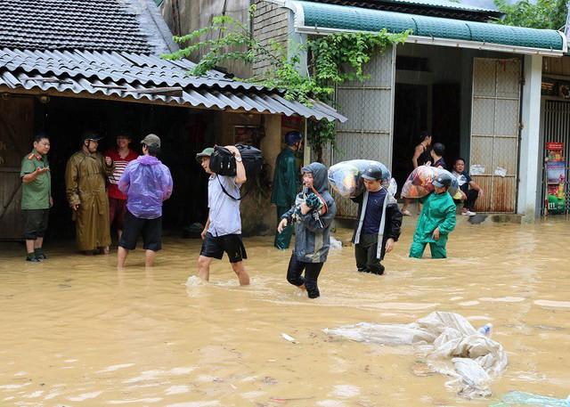 Người dân Hồi Xuân, huyện Quan Hóa di chuyển đồ đạc đến nơi khô ráo