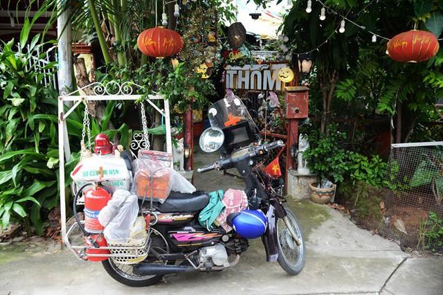 Cổng nhà của ông Thơm được trang trí bằng đồ phế thải trông như lối vào một khu vui chơi. Ảnh: Hoài Nhân