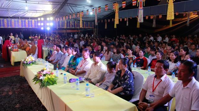Buổi lễ thu hút hàng nghìn người tham dự. Ảnh NQ