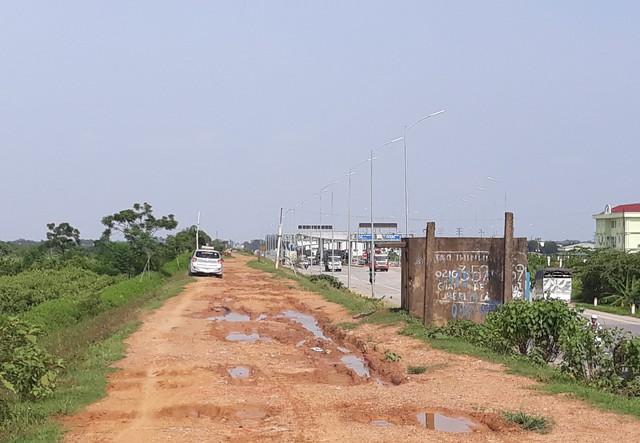 Dù trong mùa mưa bão, tuyến đê Hữu Thao lầy lội nhưng vẫn có phương tiện cố tình đi qua để tránh trạm BOT Tam Nông. Ảnh: PV