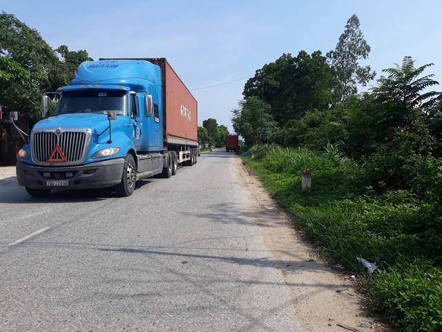 Nhiều xe có trọng tải lớn đi vào tỉnh lộ 316 nằm trên đê Xuân Lộc để né trạm thu phí.