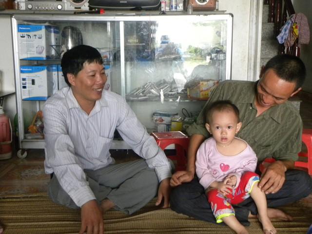 Cán bộ dân số xã Thụy Dương (huyện Thái Thụy, Thái Bình) truyền thông vận động gia đình sinh con một bề là gái.         Ảnh: Thu Hà