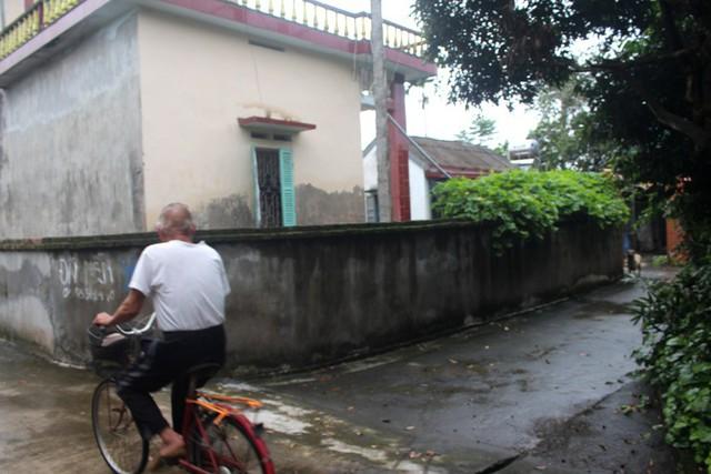 Con ngõ nhỏ dẫn vào gia đình chị H. sinh sống hiện tại cùng bố mẹ chồng ở thôn La Khê, xã Ninh Thành. Ảnh: Đ.Tùy