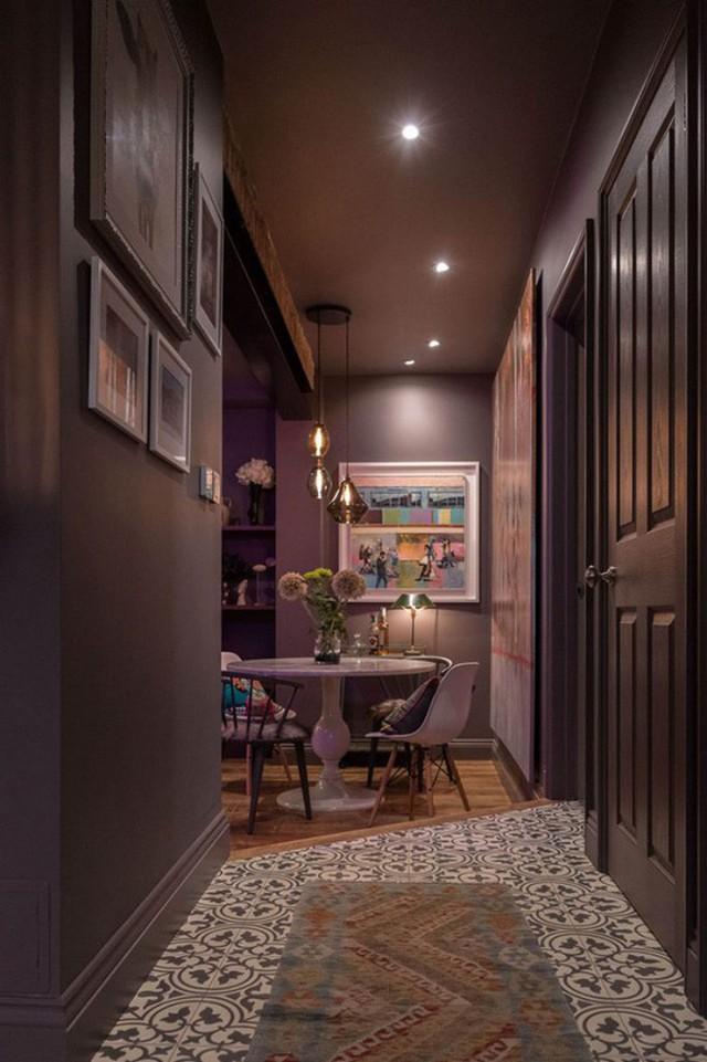 Phần sàn nhà của lối vào được chọn họa tiết cùng màu với tường trên nền trắng đục cho khoảng diện tích này thêm sáng và rộng hơn.