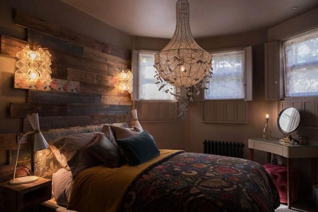 Phòng ngủ thứ hai với họa tiết hoa văn trên tường làm điểm nhấn. Không gian màu trầm với cách bố trí nội thất đơn giản nhưng vẫn đủ để mọi người yêu thích góc nghỉ ngơi ngay từ cái nhìn đầu tiên.