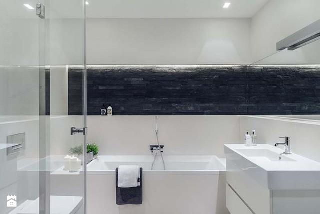 Lượng ánh sáng đầy đủ mang đến cảm giác rộng rãi hơn cho căn phòng tắm của gia đình.