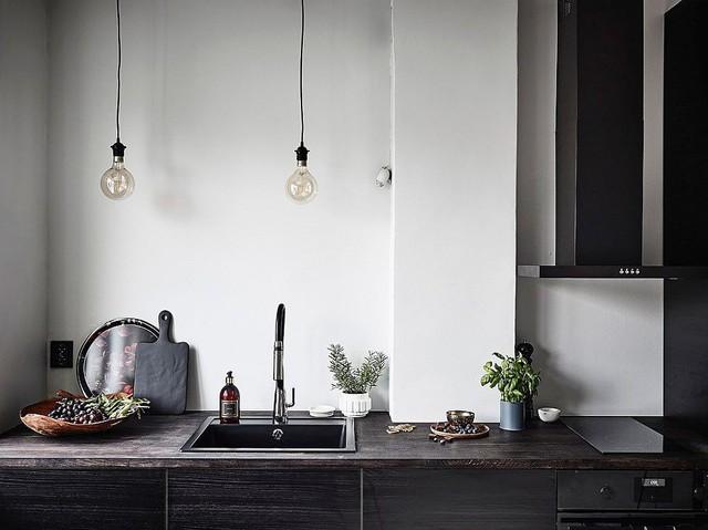 Bóng đèn Edison chiếu sáng trên quầy bếp.