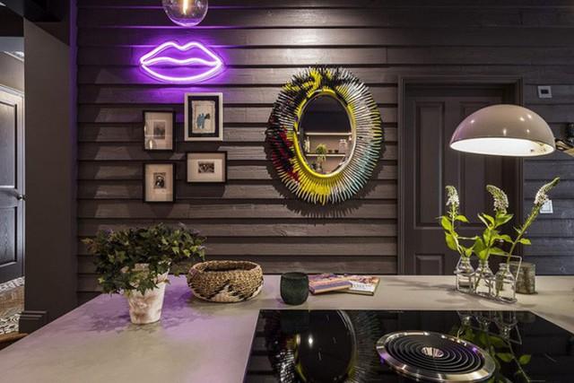 Không gian nấu nướng vô cùng ấm cúng và ấn tướng với đèn Led hỗ trợ ánh sáng gắn trên từng chiếc kệ bếp. Căn phòng màu tối nhưng vẫn đủ sáng và đẹp với điểm nhấn từ đèn chiếu nhân tạo.