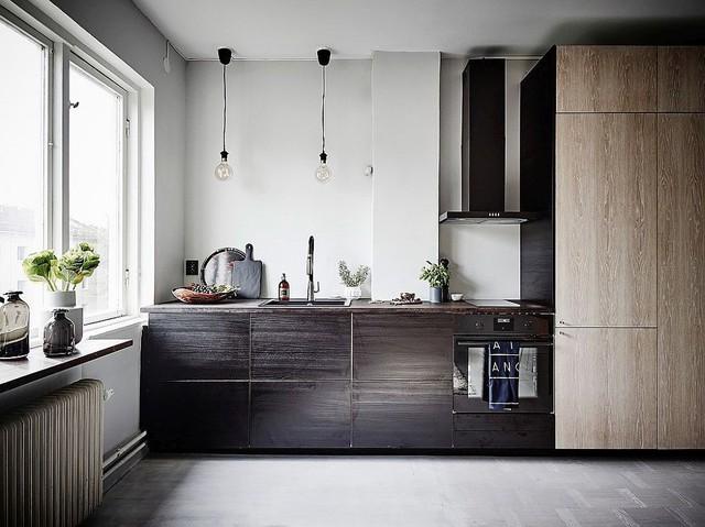 Bếp nhỏ được xếp gọn vào một góc với các loại gỗ khác nhau.