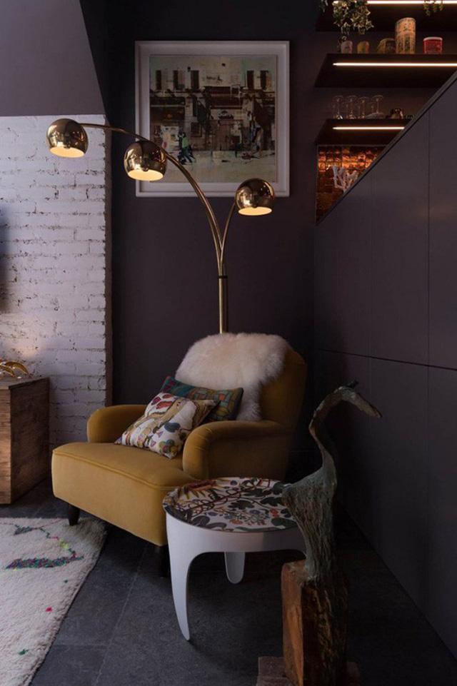 Góc đọc sách, thư giãn được chọn lựa ghế nệm êm ái cùng hỗ trợ bởi ánh sáng đèn đứng tiện ích. Mỗi góc nhỏ đều được trang trí, bày biện vô cùng ấn tượng.