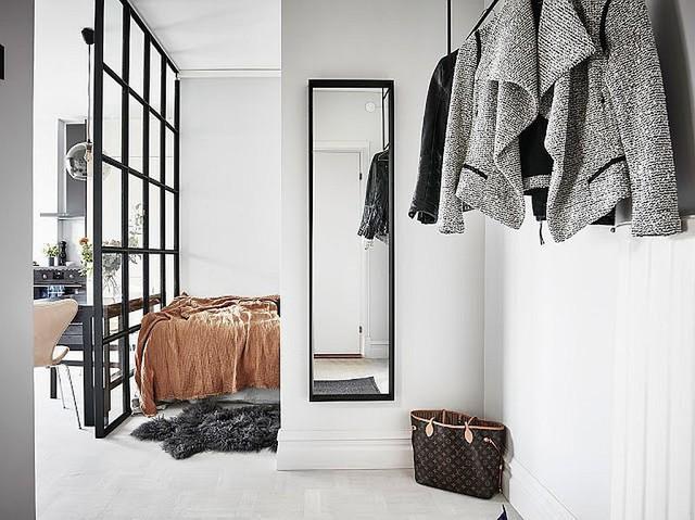 Phòng ngủ nhỏ xinh được lắp cửa kính trượt.