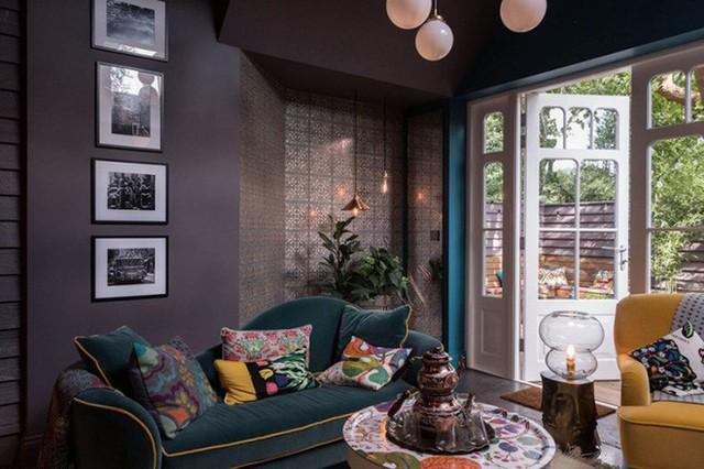 Khu vực tiếp khách với cách trang trí ngẫu hứng từ nội thất đến vật dụng nhỏ nhưng vẫn đủ yêu thương và chan hòa với thiên nhiên bên ngoài.