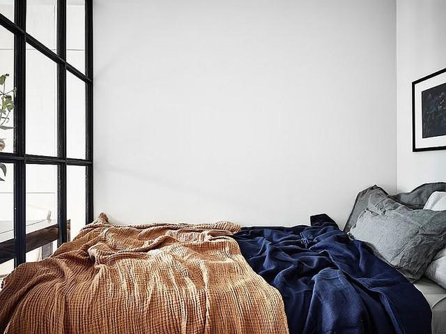 Nhìn vào bên trong phòng ngủ của căn hộ kiểu Scandinavia nhỏ bé.