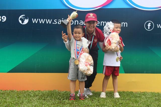 Bà Mã Mỹ Loan – Giám đốc điều hành hệ thống Trường Mầm non Quốc tế Saigon Academy trao giải cho các bé đoạt giải vô địch.