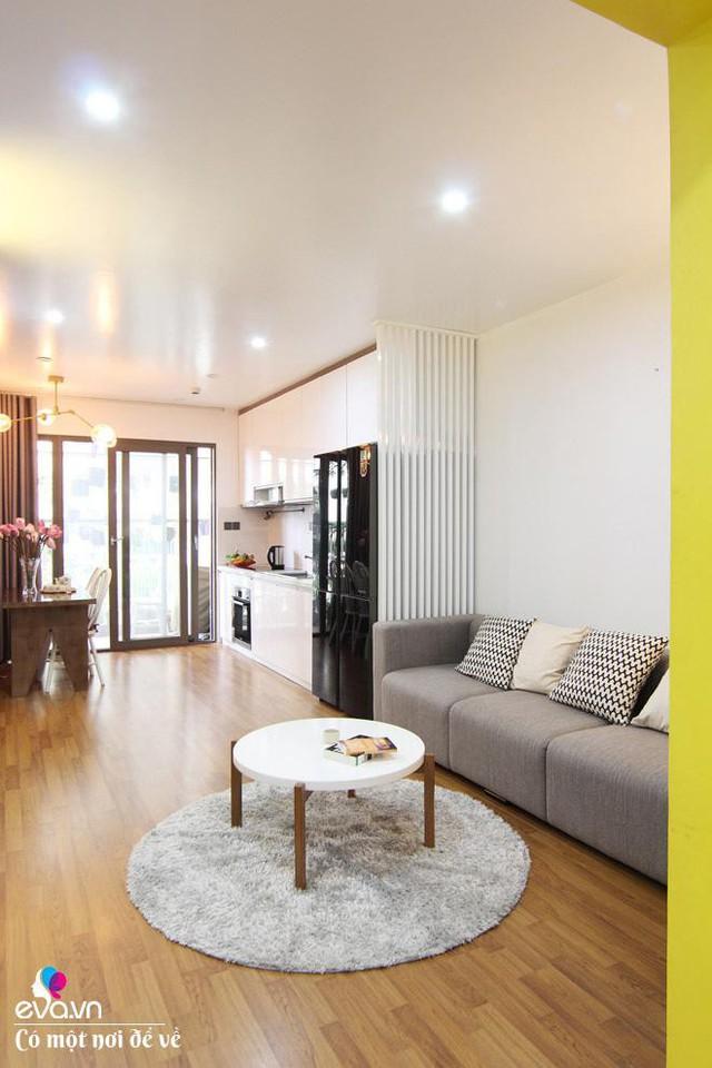 Màu trắng là màu chủ đạo và màu vàng làm điểm nhấn tạo cho không gian chiều sâu, rộng hơn.
