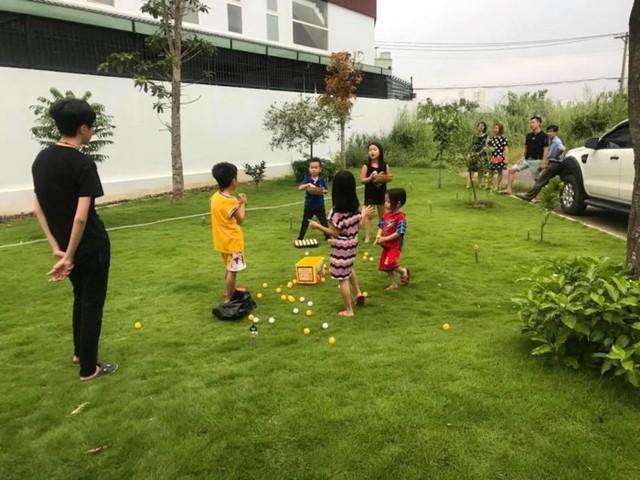 Nữ MC dành phần lớn diện tích mặt sàn giúp các con thoải mái vui chơi, đùa nghịch ngay trong nhà.