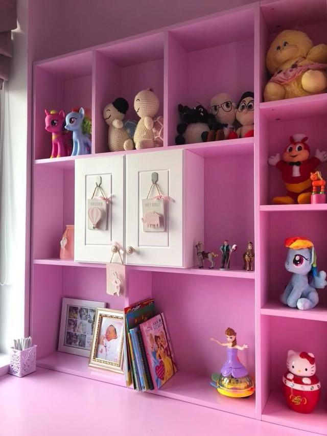 Ở phòng dành cho các con, màu sắc hồng, xanh tươi tắn được Ốc Thanh Vân thiết kế theo sở thích và giới tính của bé.