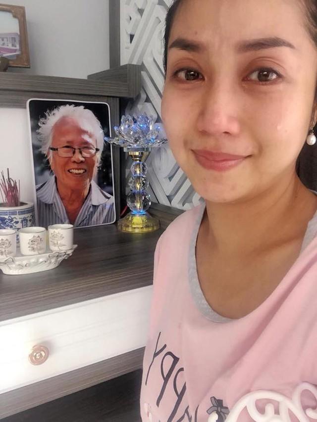 Trong ngày chuyển về nhà mới, Ốc Thanh Vân không kìm được xúc động và rơi nước mắt. Bởi trước đây, cô muốn xây nhà để đón bố mẹ về ở chung sau nhiều năm chia tay. Thế nhưng, bố nữ MC đã qua đời, không đợi được đến lúc gia đình được đoàn tụ, sống cùng nhau.