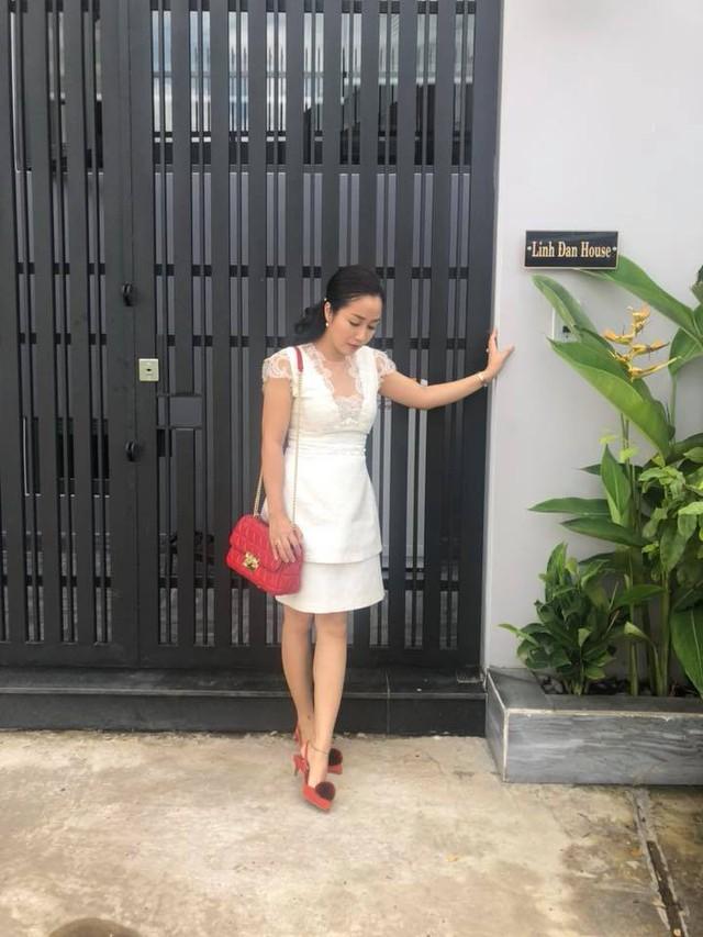 Ốc Thanh Vân tạo dáng bên ngôi nhà xinh đẹp của gia đình mình.
