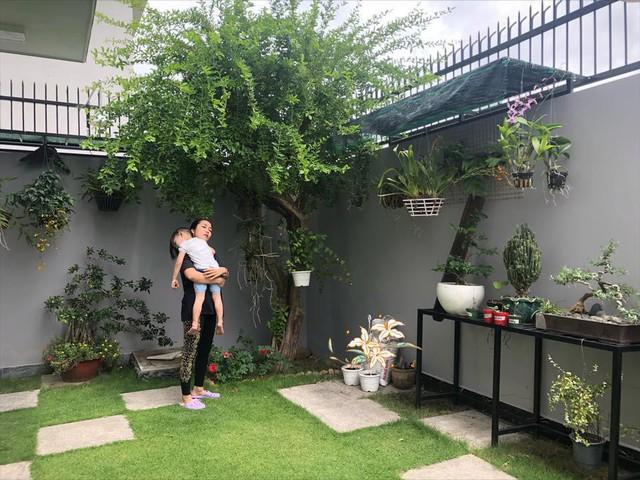 Biệt thự có khoảng sân vườn rộng rãi được vợ chồng MC Ốc Thanh Vân thiết kế bãi cỏ xanh mát với những cây cảnh, đèn hắt sáng bao quanh ngôi nhà tạo nên không gian ngoại thất đẹp ấn tượng.