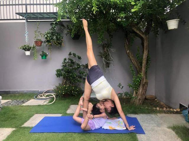 Ốc Thanh Vân cùng con gái tập yoga trong sân vườn của biệt thự riêng.