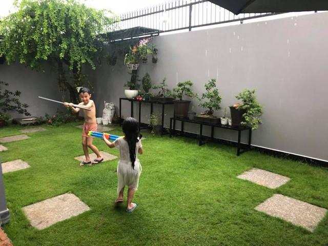 Các con của MC vui chơi trong không gian rộng rãi trước nhà.