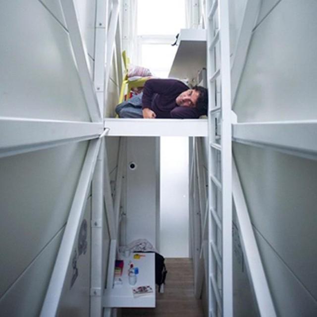 Kiến trúc sư Jakub bố trí các bậc thang dẫn lên tầng 2 với phòng ngủ có đặt nệm và giá sách nhỏ cùng bàn làm việc.