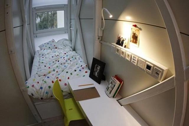 Ngoài ra, căn nhà trông không đến mức quá chật chội là do các vật liệu đều sơn màu trắng tạo cảm giác rộng rãi hơn cho người sống bên trong.