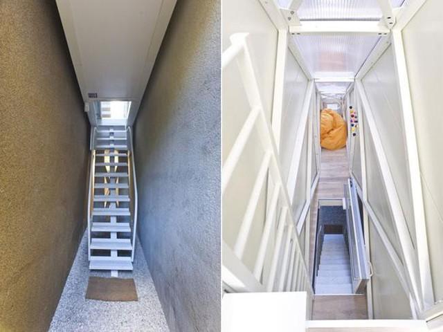 Để vào trong nhà sẽ có một cầu thang bằng sắt sơn màu trắng dẫn lên.