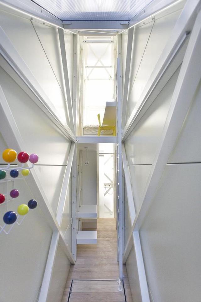 Với diện tích hẹp như vậy, căn nhà vẫn có đủ nhà bếp, phòng ăn, nhà vệ sinh, phòng tắm, phòng ngủ với giường đơn.