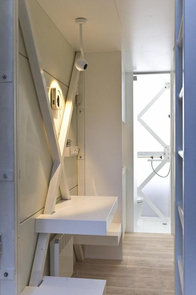 Đi hết cầu thang dẫn vào nhà là một không gian cực nhỏ có 2 chỗ ngồi và một mặt gỗ làm bàn để tiếp khách.