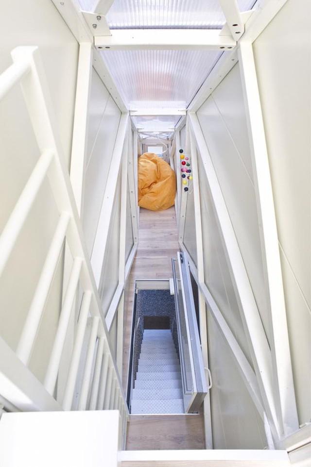 Tại lối cầu thang dẫn lên nhà có một cửa có thể đóng lại. Sau khi đóng, khu vực này như một sàn nhà và đi lại bình thường.
