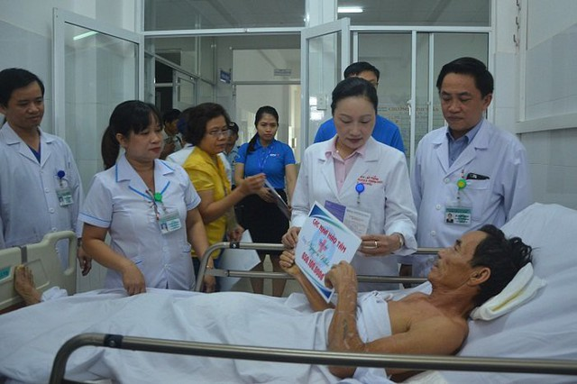 Ông Nguyễn KC nhận quà hỗ trợ của các nhà hảo tâm