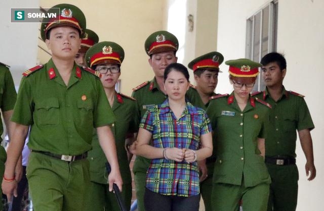 Bị cáo Hàng Thị Hồng Diễm được áp giải đến phòng xử.