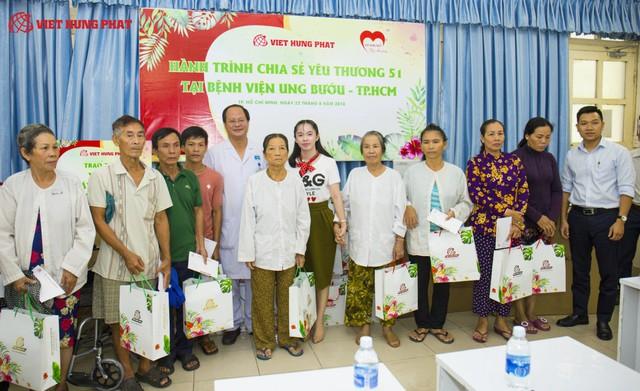Đại diện công ty Việt Hưng Phát chụp hình lưu niệm với bệnh nhân và đại diện Bệnh viên Ung Bướu