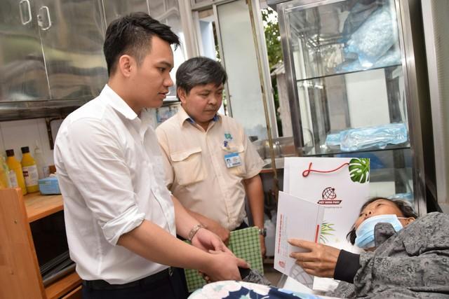 Đại diện Việt Hưng Phát cùng Bệnh viện tới tận giường bệnh thăm hỏi, động viên bệnh nhân
