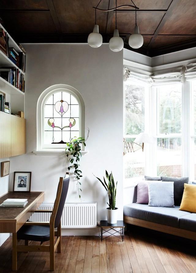 Không gian riêng tư của cặp vợ chồng trẻ được thiết kế lùi vào một chút so với phòng khách. Căn phòng được lát gỗ với nội thất chính bằng gỗ. Một góc làm việc nhỏ xinh đặt sát tường. Phía gần cửa sổ đặt sofa nhiều màu sắc từ gối tựa mang đến không khí vui vẻ, nhẹ nhàng cho không gian.