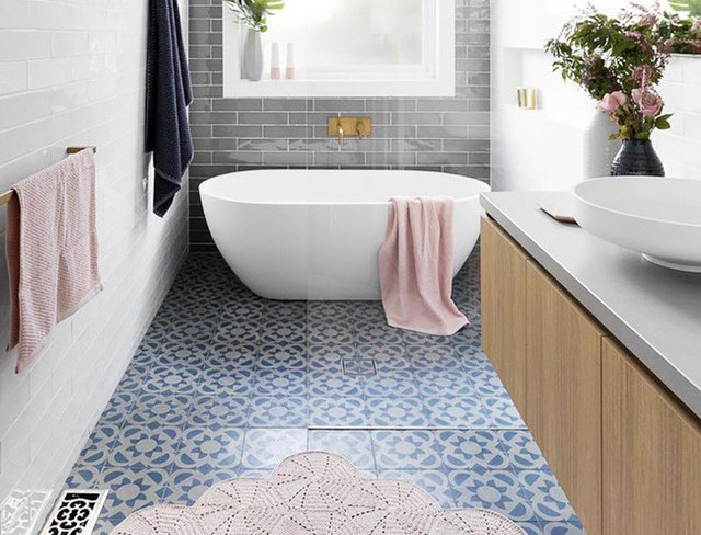 Phòng tắm được lát bằng giấy dán bên trên nhưng vô cùng sống động như thật, khó ai nhận ra.