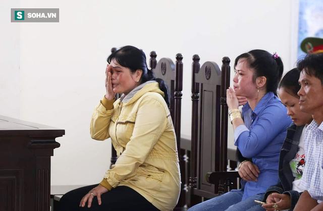 Mẹ bị cáo nhiều lần khóc nức nở, xin giảm án cho con gái.