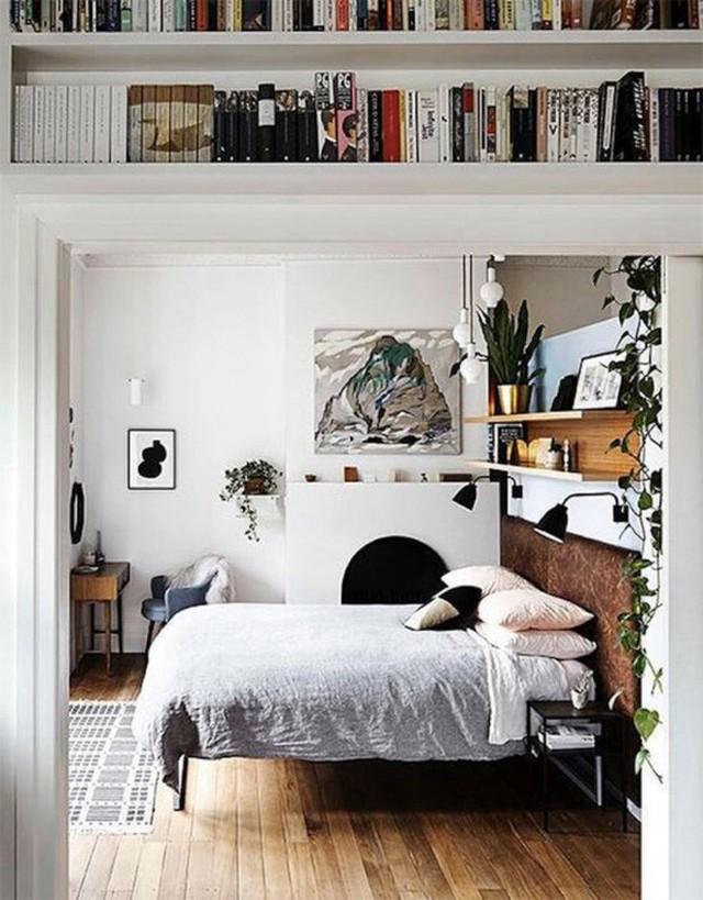 Góc nghỉ ngơi được trang trí theo phong cách Vintage pha chút Scandinavians. Không gian được chọn lựa nội thất cơ bản như giường và bàn trang điểm. Một chút xinh yêu từ tranh treo tường và kệ đặt đồ trang trí mang lại điểm nhấn lạ mắt ai nhìn cũng mê mẩn.